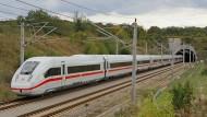 Zug um Zug: Der ICE 4 der Baureihe 412 absolviert derzeit Prüf- und Testfahrten. Abgenommen werden die Ergebnisse von den Behörden Deutschlands, der Schweiz und der Niederlande.