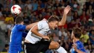 Hartes Duell: Deutschlands Niklas Stark (r.) im Zweikampf mit dem Italiener Caldara