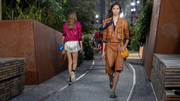 Er holt die Mode aus der Tasche