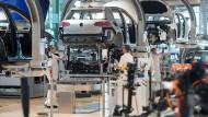 Volkswagen-Mitarbeiter arbeiten in der gläsernen VW-Manufaktur in Dresden.