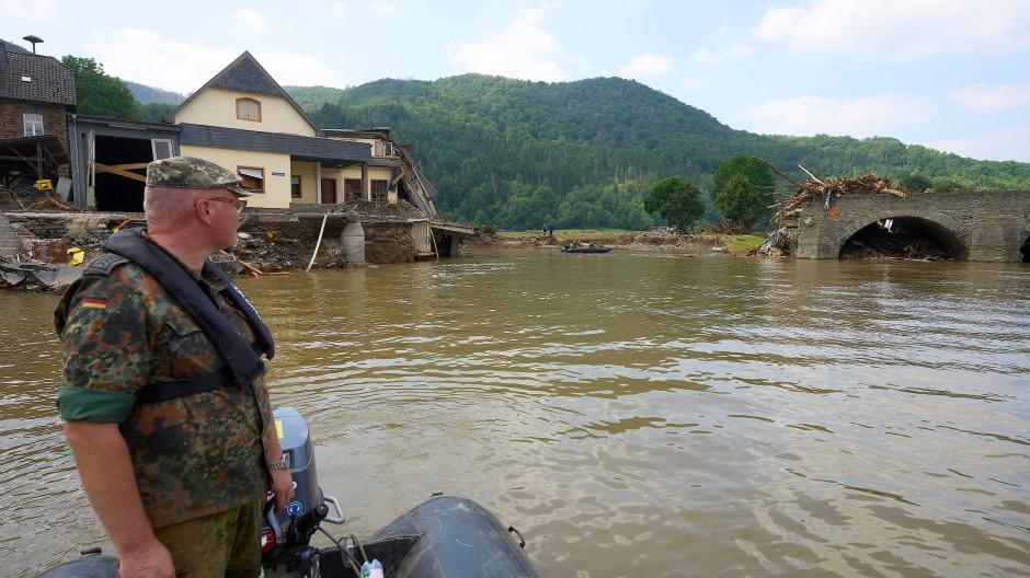 Die Ahrtalbrücke in Rech ist durch das Hochwasser total zerstört. Zur Zeit kann man den Fluss Ahr nur mit dem Schlauchboot der Bundeswehr überqueren.
