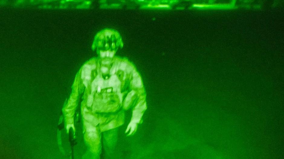 Generalmajor Chris Donahue besteigt als letztes Mitglied der US-Streitkräfte ein Frachtflugzeug, mit dessen Abflug der US-Militäreinsatz in Afghanistan endet.