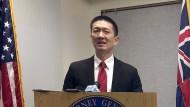 Hawaiis Generalbundesanwalt Doug Chin kündigt während einer Pressekonferenz in Honolulu rechtliche Schritte gegen das Einreiseverbot an. (3. Februar 2017)