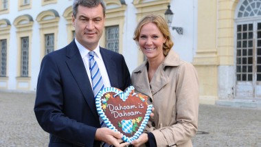 """Obwohl alle so viel Spaß hatten, gab es am Ende doch Ärger: CSU-Politiker Markus Söder mit einer Redakteurin der TV-Serie """"Dahoam is dahoam""""."""