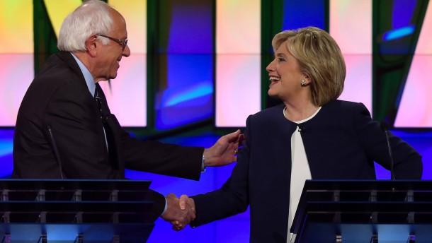 Bernie bringt Hillary zum Strahlen