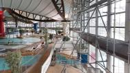 Badeparadies mit Mängeln: Das Gerüst stört das Ambiente der Halle, doch die Reparaturen sind unvermeidlich.