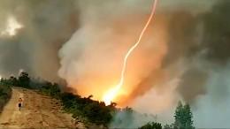 Feuertornado fegt über Waldbrand hinweg