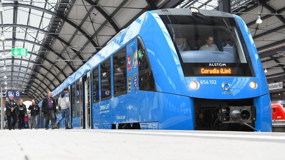 Mit rund 150 Gästen an Bord ist ein Brennstoffzellen-Zug von Wiesbaden nach Höchst gefahren, ohne einen einzigen Partikel auszustoßen.