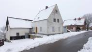 Ende Januar liegt Schnee vor dem Haus in Höxter-Bosseborn.
