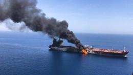 Zwei Tanker stehen in Flammen