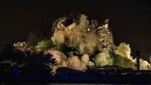 Reste des eingestürzten Hauses in Florida gesprengt