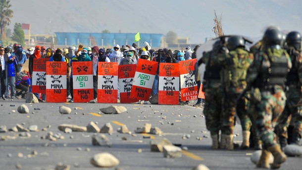 Demonstranten stellen sich gegen Regierung