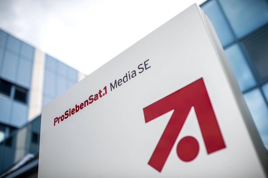 """Das Logo und der Schriftzug der """"ProSiebenSat.1 Media SE"""" vor dem Vorstandsgebäude im Gewerbegebiet """"Unterföhring Park"""" bei München"""