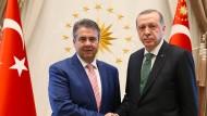 Es gab schon bessere Zeiten: Gabriel kam bei seinem Besuch in Ankara auch mit Staatspräsident Erdogan zusammen.