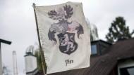 """Die Fahne der """"Reichsbürger"""" auf einem Grundstück in Georgensmünd (Bayern)"""