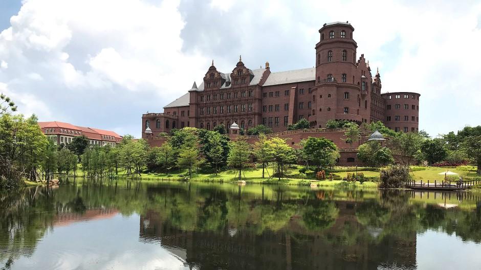"""Ist das Tradition? In Dongguan hat der Konzern Huawei eine Nachbildung des Heidelberger Schlosses errichtet. """"Und jeden blickts wie seine Heimat an, / Und keinem hat der Zauber noch gelogen"""", heißt es bei Eichendorff."""