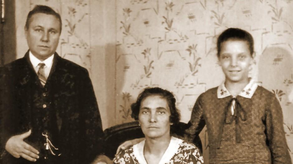 Trügerische Familienidylle: Maria Einsmann alias Joseph Einsmann (links) mit ihrer vermeintlichen Ehefrau Helene Müller und deren beiden Töchtern.