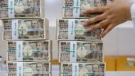 Stapelweise 10.000-Yen-Banknoten (Symbolbild)