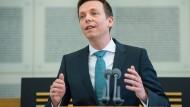 Bei seiner ersten Regierungserklärung im Saarländischen Landtag widerspricht Tobias Hans (CDU) Horst Seehofer (CSU).