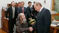 12. Juni 2007 in Moskau: Wladimir Putin zeichnet Alexander Solschenizyn für sein gesellschaftliches Engagement mit dem Staatspreis aus.