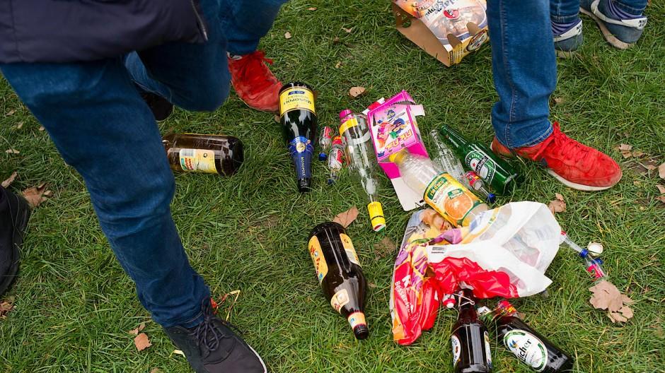 Corona In Deutschland Hunderte Feiern Ausgelassen Polizei Raumt