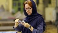 Iranische Fabrikchefin leidet unter Sanktionen