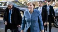Angela Merkel am Sonntagmorgen in Berlin auf dem Weg zu den Koalitionsverhandlungen von Union und SPD.