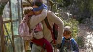"""Bloß nicht hingucken: So rennt Sandra Bullock durch """"Bird Box""""."""