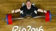 Gewichtheber Jürgen Spieß jubelt über seine Leistung bei den Olympischen Spielen in Rio. Doch freuen über den Wettbewerb kann er sich nicht.