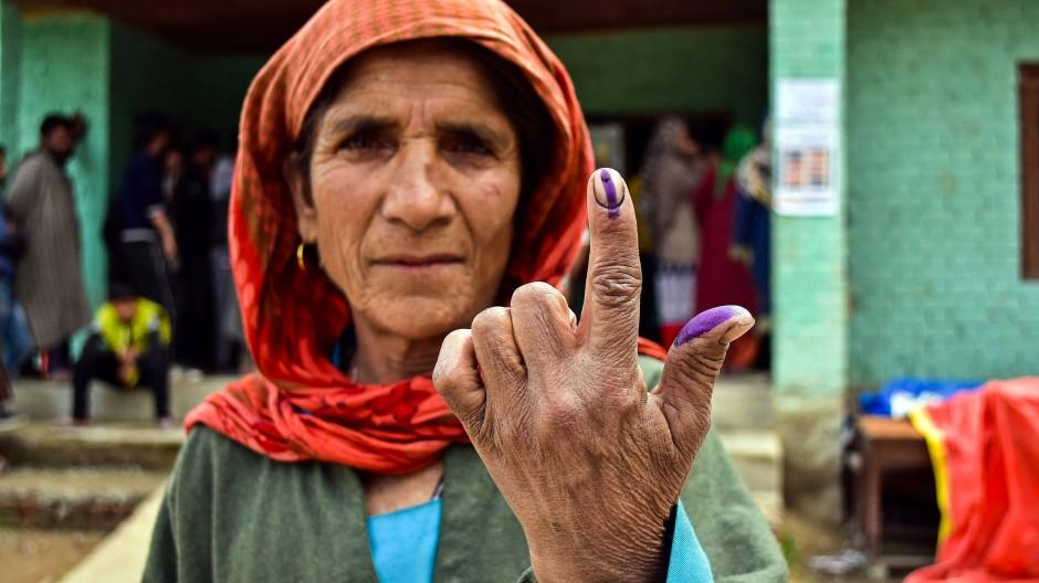 Wer in Indien wählt, bekommt nach der Stimmabgabe einen Finger eingefärbt.