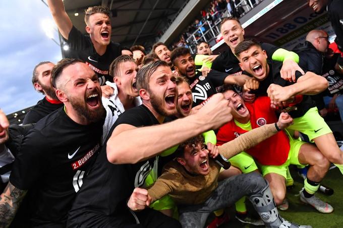 Das Team von Trainer Rüdiger Rehm legt sich nach dem Schlusspfiff ins Zeug.