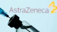 Eine Impfstoffampulle vor dem Logo des schwedisch-britischen Herstellers Astra-Zeneca