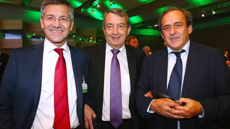 Europäische Fußball-Dreifaltigkeit: Adidas-Vostandsvorsitzender Herbert Hainer (links), DFB-Präsident Wolfgang Niersbach (mitte) und Uefa-Boss Michel Platini (rechts)