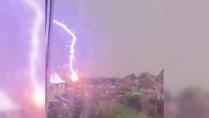 Blitzeinschlag auf Video festgehalten