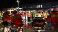 Nach einem Brand im Düsseldorfer Marien Hospital versorgen Feuerwehrleute Patienten. Der Brand ist kein Einzelfall.