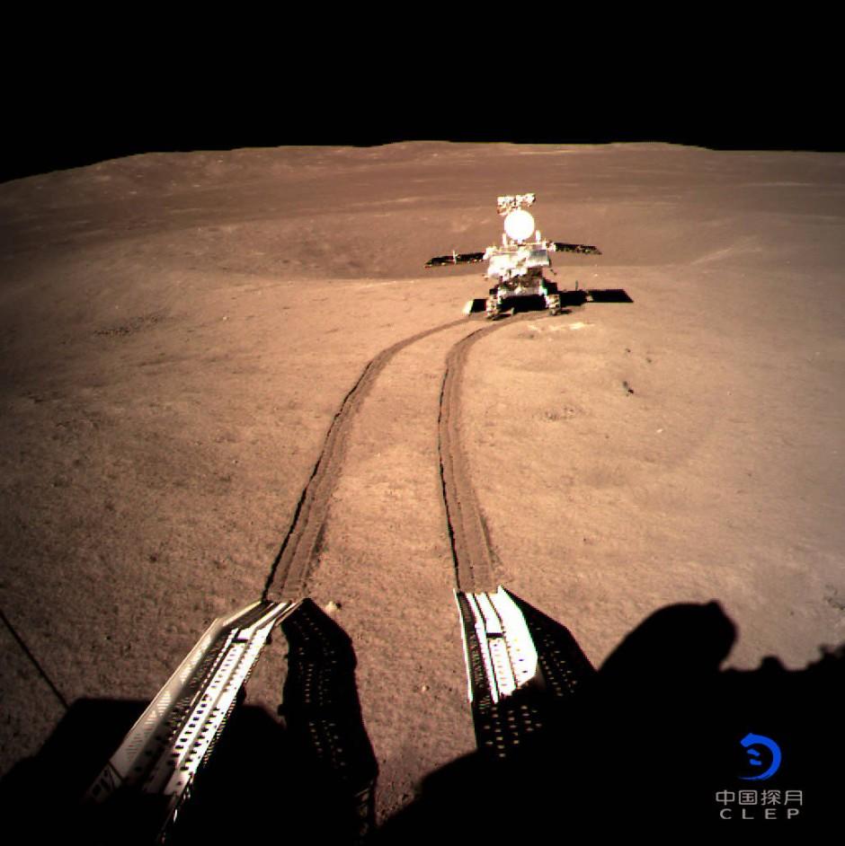 Erste Spuren: Das Roboterfahrzeug Jadehase-2 rollt auf dem Mond.