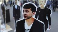 Ist Wolodymyr Selensky nur eine Marionette für einen Industriellen? Seine Pappfigur wird in Kiew für eine Demonstration verwendet.
