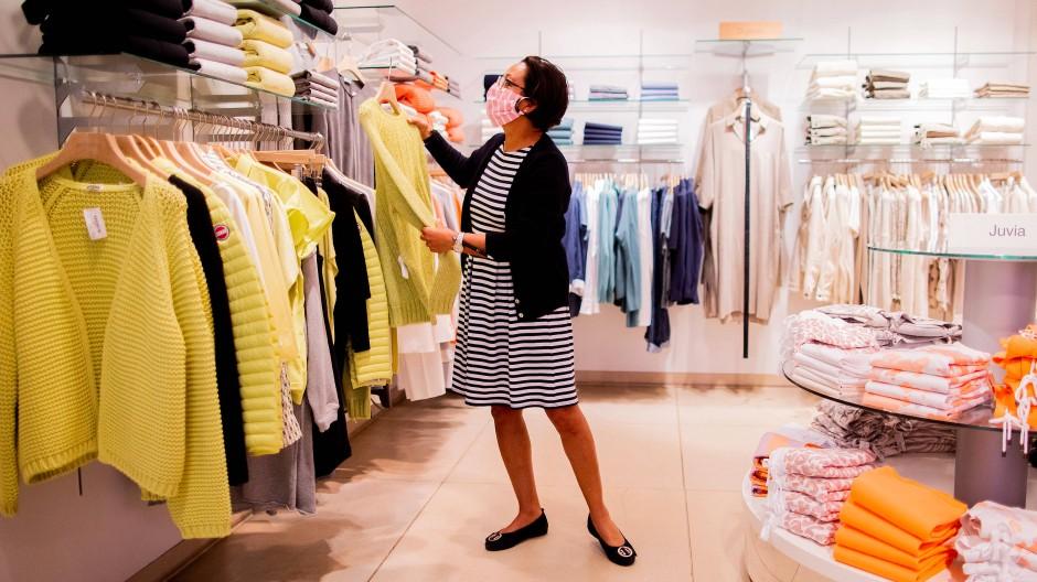 Eine Verkäuferin in einem Modegeschäft