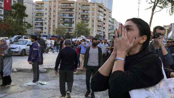 Frau und Kinder 23 Stunden nach Erdbeben lebend geborgen