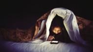Auch das lange Starren auf das Smartphone mit einem geringeren Abstand als 30 Zentimeter ist schlecht für die Augen