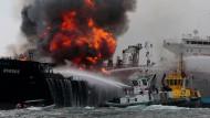 Einsatzkräfte versuchen das Feuer auf dem Tanker zu löschen.