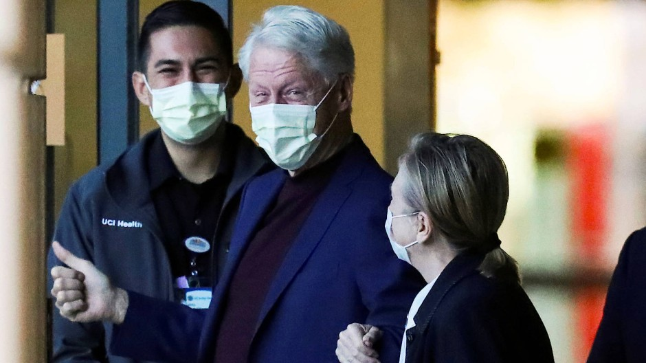Verließ mit einem Lächeln das Krankenhaus: Bill Clinton zusammen mit seiner Frau Hillary im kalifornischen Irvine.