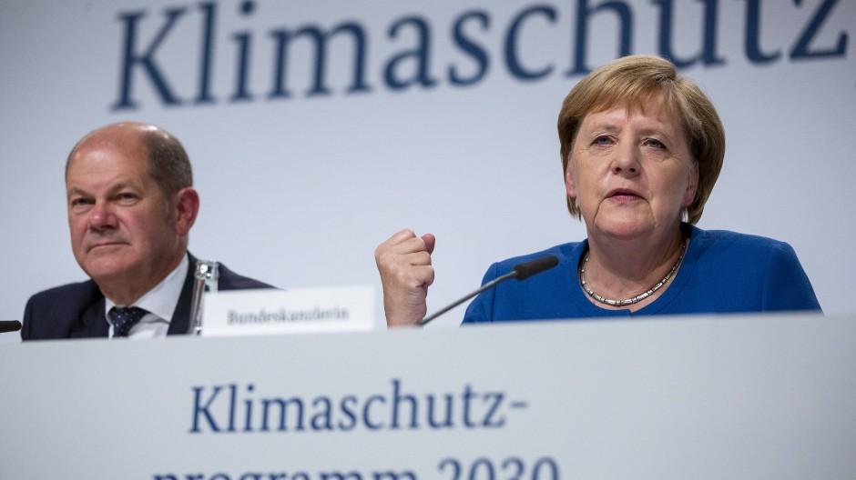 Angela Merkel und Olaf Scholz (SPD) bei einer Pressekonferenz zu den Ergebnissen der Sitzung des Klimakabinetts der Bundesregierung, Berlin, 20.9.2019