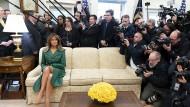 Ein doppelreihiges Mantelkleid aus grünem Leder mit First Lady auf cremefarbenem Sofa im Weißen Haus. Dieses Foto, aufgenommen am 7. März 2019, twitterte das Weiße Haus anlässlich des Geburtstags von Melania Trump.