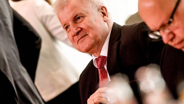 """Seehofer hat in Bamf-Affäre """"volle Unterstützung"""" Merkels"""
