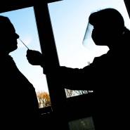 Eine Altenpflegerin nimmt in einem Altenwohnzentrum einen Abstrich für einen Schnelltest zur Erkennung des Coronavirus.
