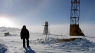 Wostock-Station in der Antarktis, rechts zu sehen ist der Bohrturm