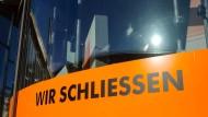 """Schluss, Aus und Vorbei: """"Wir schließen"""" steht auf einem Plakat in einem Schaufenster in Berlin"""