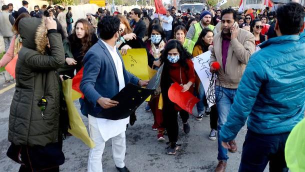 Islamisten bewerfen Frauendemo mit Steinen