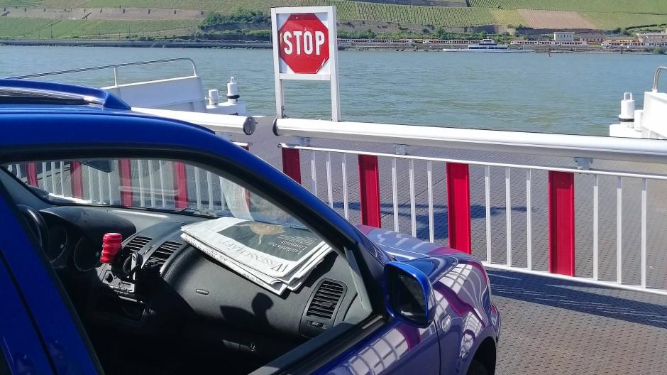 Ab und zu ließ sich das Auto auch mal fahren: Zum Beispiel von der Fähre von Ingelheim am Rhein nach Oestrich-Winkel.